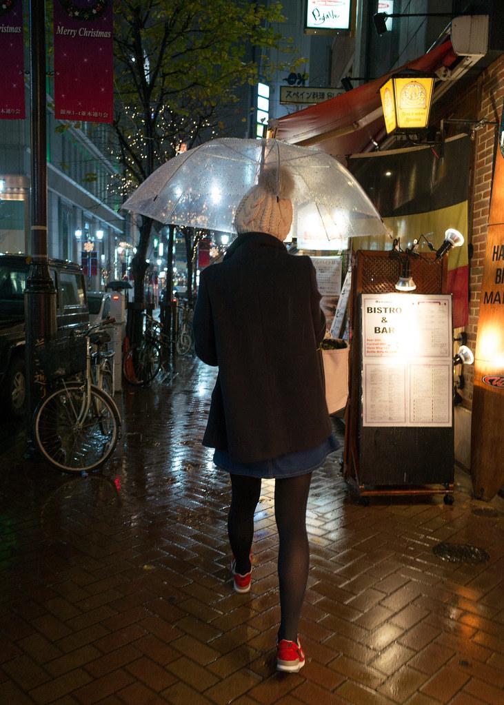 傘を差して歩く女性 2013/12/19 GR011182