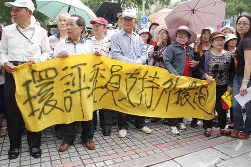 支持開路的群眾在劉政鴻現身時歡呼。攝影:洪郁婷
