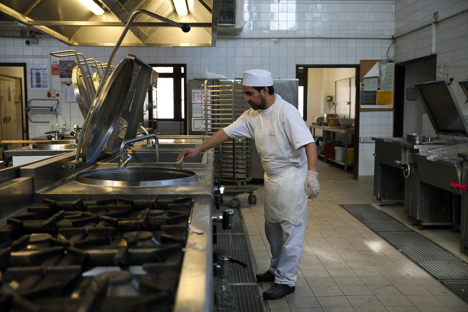Egy budapesti kórház üzemi konyháján dolgozó menekült | Fotó: Magócsi Márton