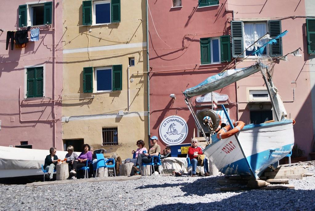 Bateau posé sur la plage de Boccadasse et petite terrasse où manger un bout.