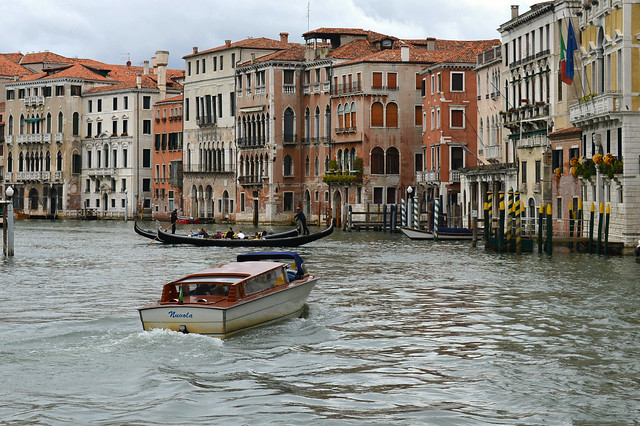 Venezia, il Canal Grande a nord di Rialto: uno sguardo verso il Palazzo Michiel dalle Colonne, la Locanda Leon Bianco e Ca' da Mosto