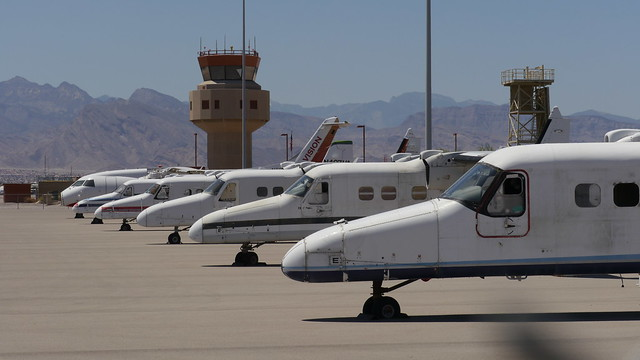 Dornier 228 Flugzeugwracks aufgereiht