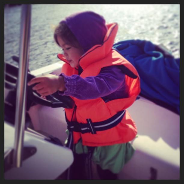Vad faan. Tjejen är ju tre år. På tiden hon lär sig köra båten själv