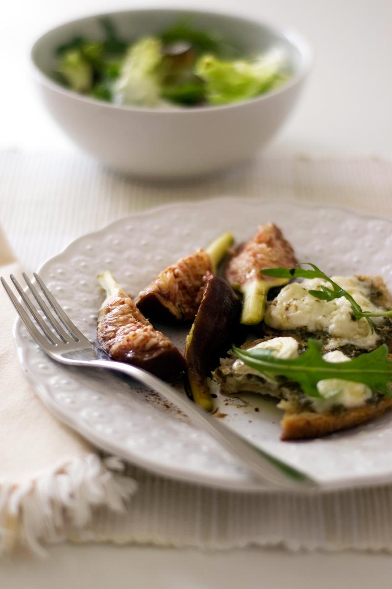 Figos e crostini de pesto e mozzarella
