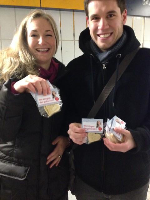 Julia Ney und Christian Winklmeier beim Plätzchenverteilen in Gilching