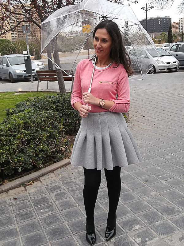 días de lluvia, falda gris de tablas, vuelo, preppy, jersey, coral, lacitos negros, espalda, Abrigo gris, zapatos y bolso negro, paraguas transparente, rainy days, grey pleated skirt, big fullness, preppy, coral sweater, black bows, back, grey coat, black shoes and bag, transparent umbrella, mulaya, h&m, zara, Bershka, naf naf, arabians