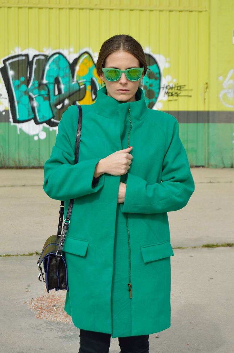 lara-vazquez-madlula-blog-trends-fashion-green-coat-sunglasses-streetstyle