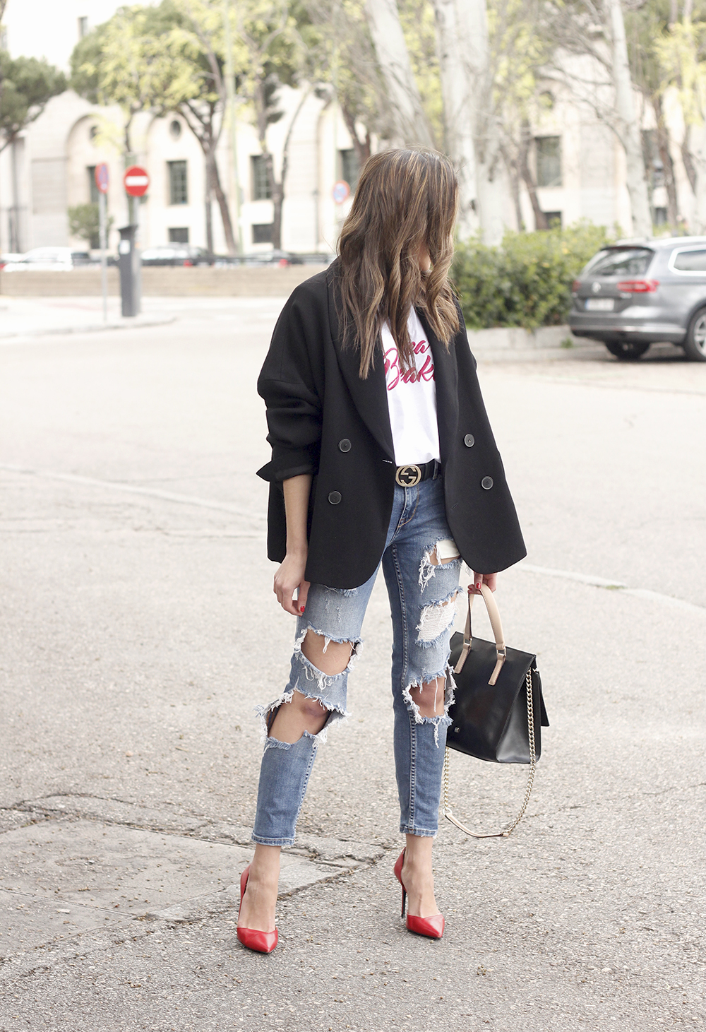 black blazer mango t-shirt heels purificación garcía bag accessories ripped jeans outfit style fashion03