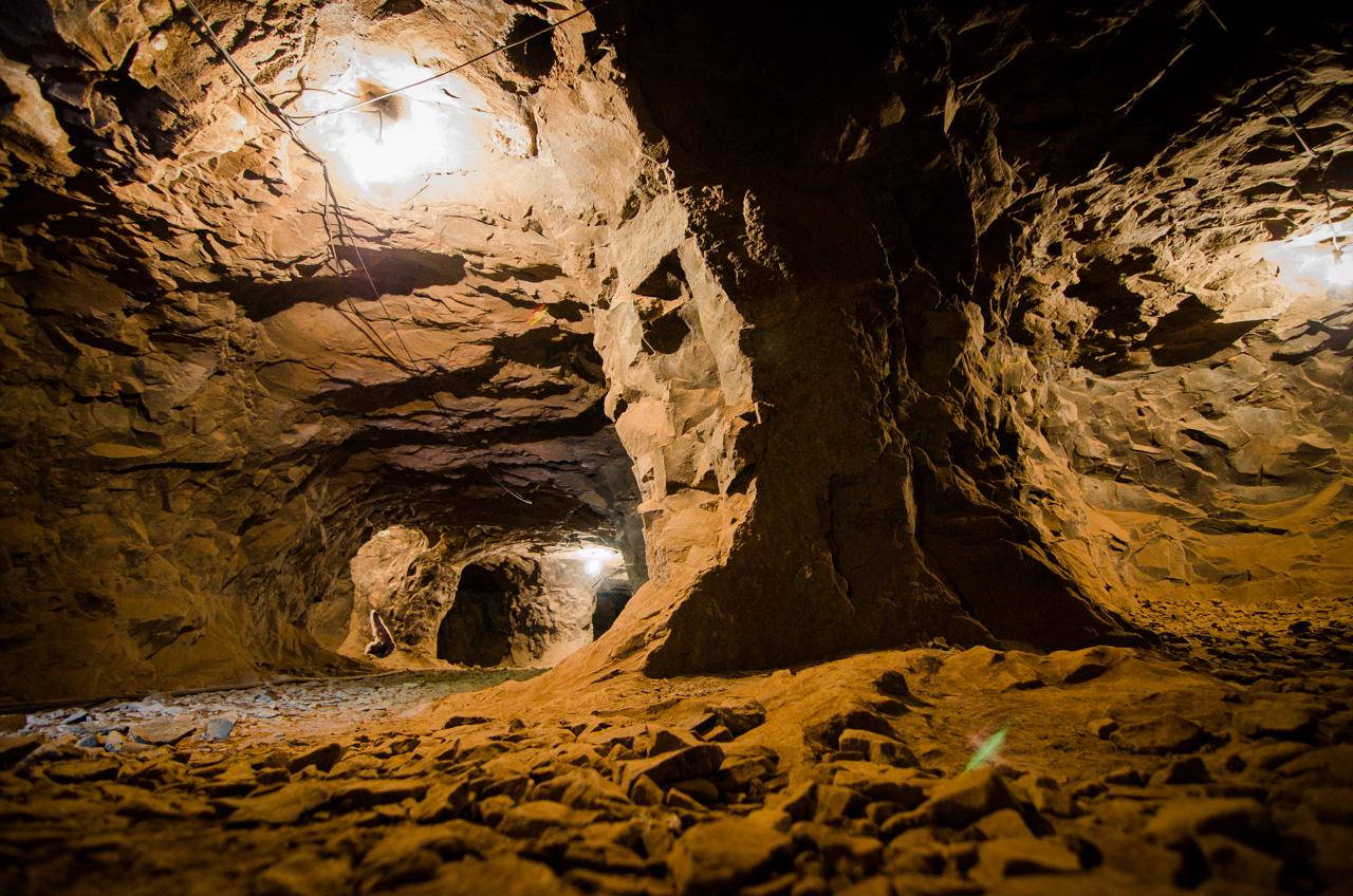 Vista del interior de la mina de Wanda. Los mineros detonan las paredes con mucha precisión y van formando túneles a medida que avanzan. Algunos túneles ya llevan décadas y siguen escondiendo piedras preciosas. (Elton Núñez).