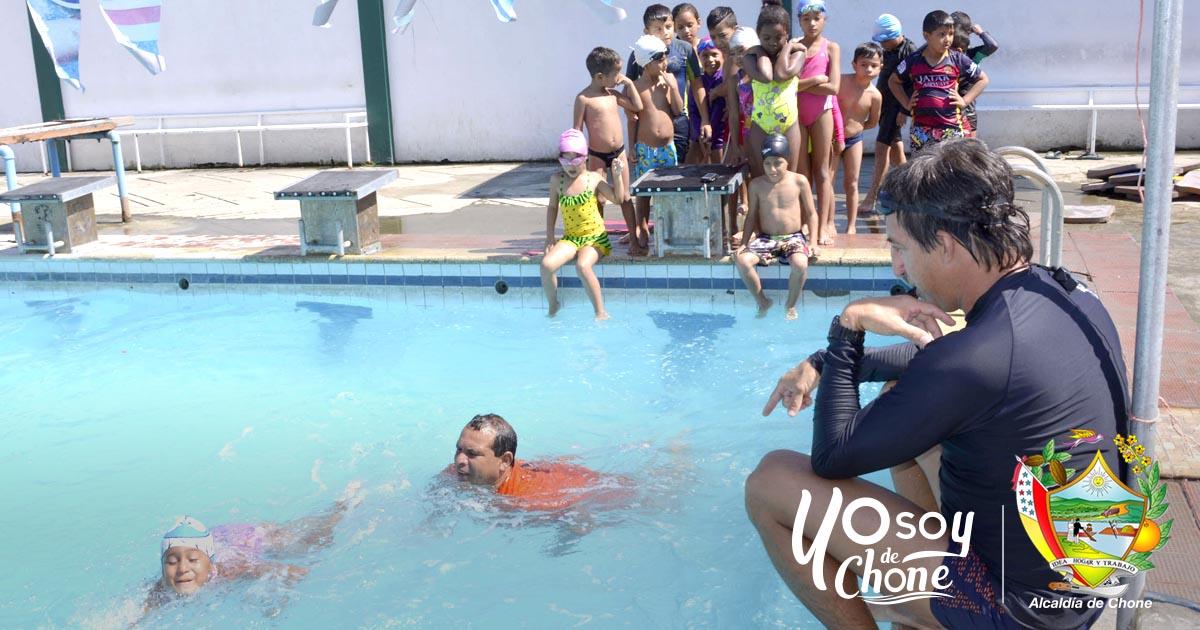 350 niños, niñas y jóvenes se preparan en natación vacacional municipal
