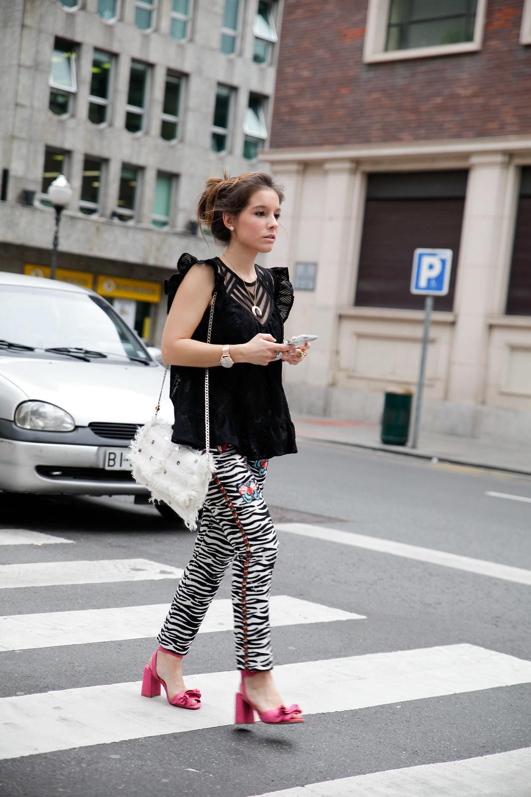 012_Pantalones_Zebra_Blusa_Boho_tacones_rosas_stradivarius_Theguestgirl_outfit_barcelona_streetstyle