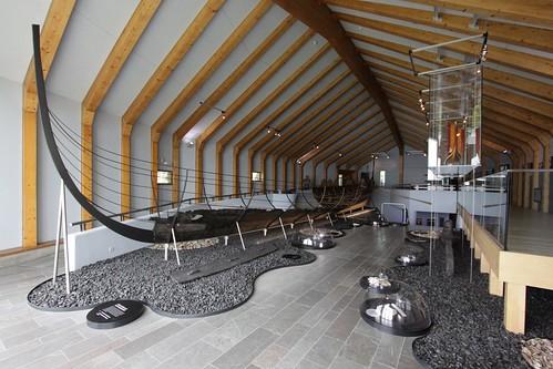 Das königliche Langschiff (ein Kriegsschiff) in der großen Schiffshalle von dem Wikinger Museum  Haithabu WMH - Aufnahme vom: 2. Juni 2013