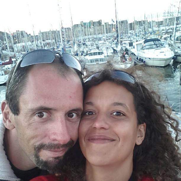 Des parents cerner mais en soirée à la fête des chants marins #paimpol #vacances #bretagne #bzh #france #blog #blogueuse #ourlittlefamily #pl2013