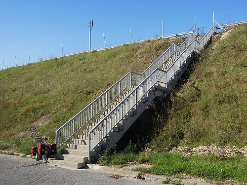 旧街道から階段を登る
