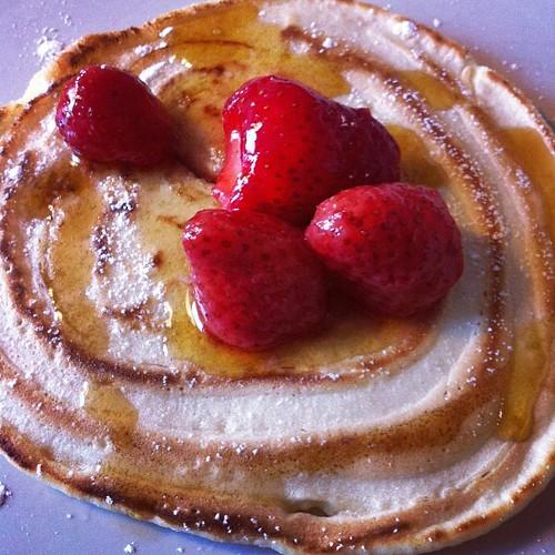 Han gjorde amerikanska pannkakor med lönnsirap på till frukost. ❤