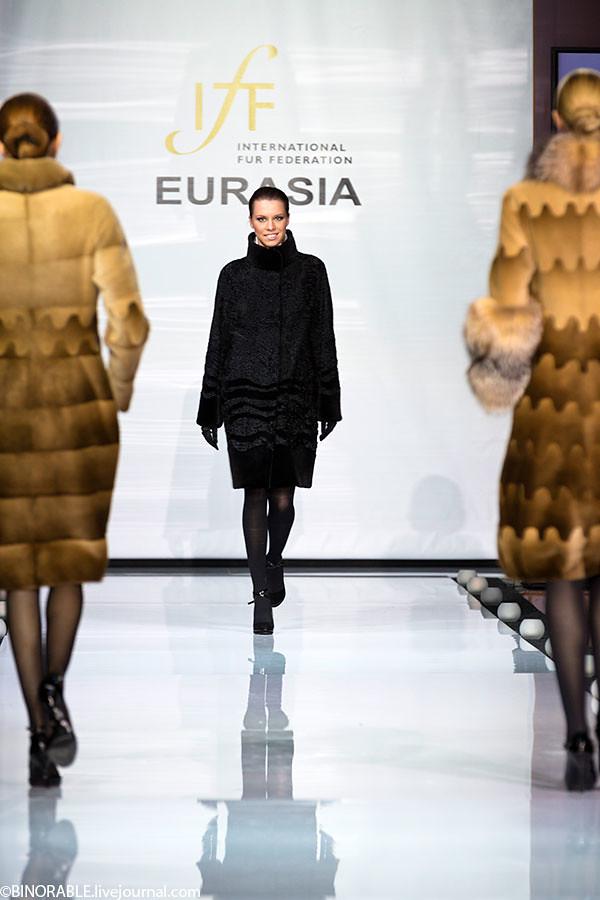Показ дизайнерской одежды из меха Евразия 2013 в торговом доме Эстет ©binorable.livejournal.com