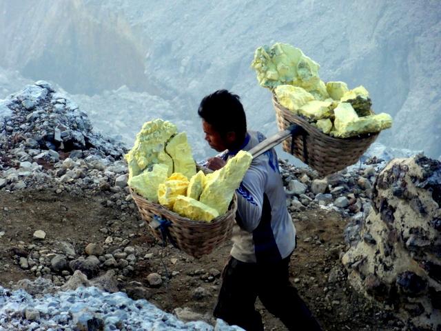 sulfur mining Ijen