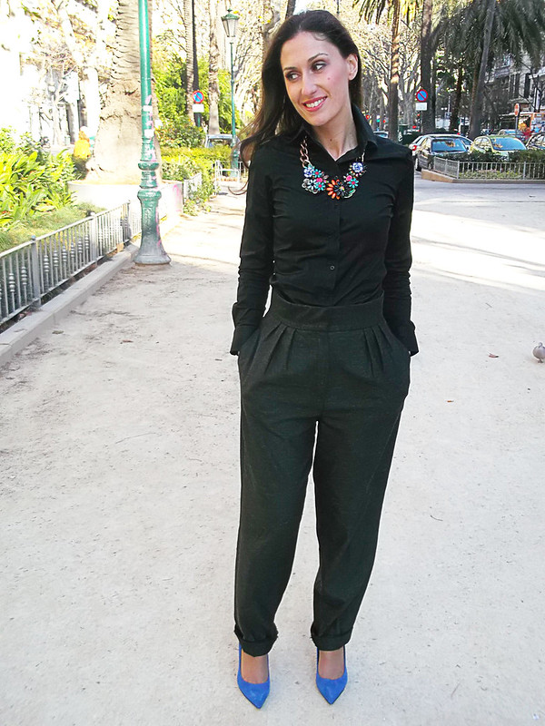 pantalones masculinos, elegante, pantalones grises rectos y anchos, blusa negra, zapatos azul Klein, bolso, collar joya de flores, masculine pants, elegant style, grey straight and wide pants, black blouse, Klein blue shoes, bag, jewel flowered necklace, furla, mango, zara