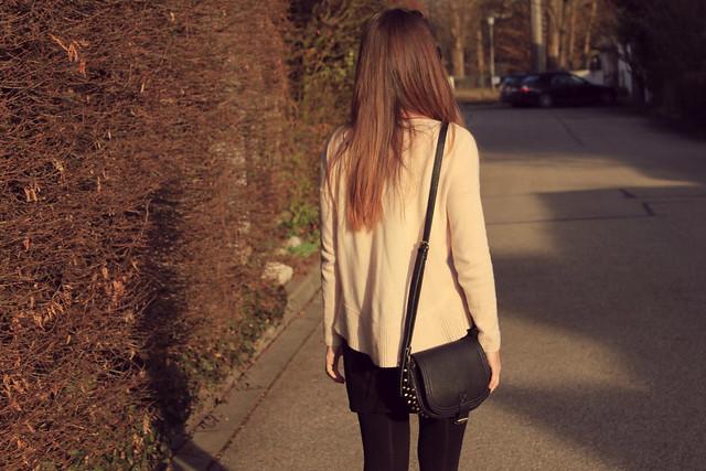 falda negra y jersey rosa