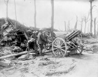 17th Battery Canadian Field Artillery firing a German 4.2 inch howitzer... / La 17e batterie de l'Artillerie de campagne canadienne faisant feu sur les Allemands en déroute avec un obusier allemand de 4,2 pouces...