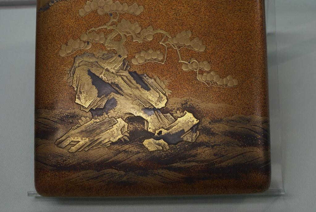 Paysage de montagne sur cet objet japonais du 19e siècle. Musée asiatique de Gênes.