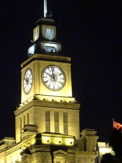 Horloge surnommée Big Ching, la tour des Douanes domine le Bund à Shanghai