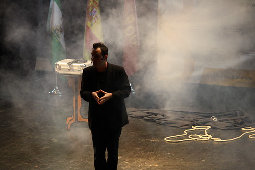 Ismael Montoro en el espectáculo de magia que tuvo lugar en el Centro Cívico Virgen de los Reyes, hablando con los asistentes