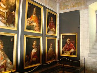 062 Schilderijen van de pausen die hier hebben gezeten