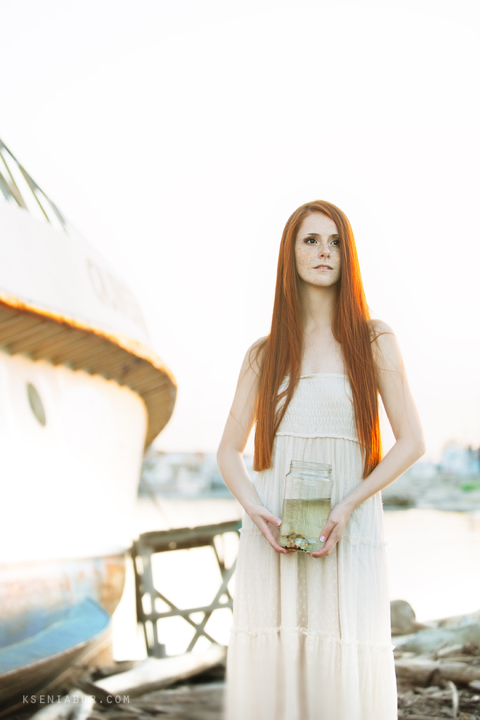 Фотосессия девушки на берегу, летняя фотосъемка, красивая рыжая девушка, рыбки в банке
