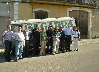 Socios del consorcio europeo que desarrollan el proyecto i-SeTCV delante de la camioneta de SEGARRA en la puerta de la destilería de JULIAN SEGARRA de Chert.
