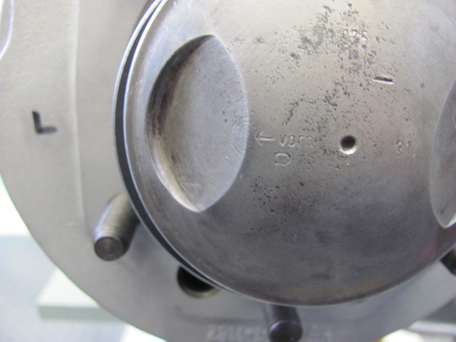 "Correct Left Side Piston Orientation with ""Vorn"" Pointing to Front"