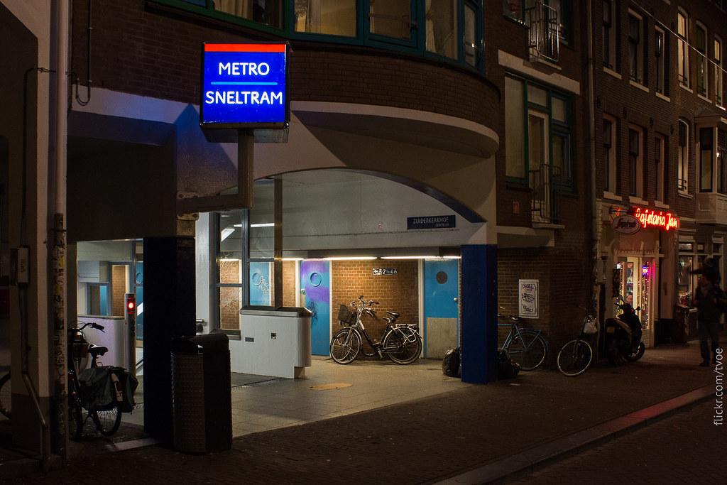 Вход в метро Амстердама