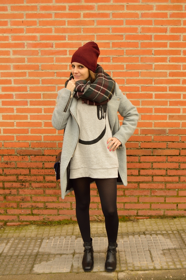 lara-vazquez-madlula-blog-fashion-grey-headphones-sweater-burgundy-beanie-tartan-foulard-casual-look