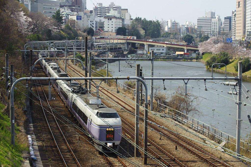 春の神田川沿いを行くスーパーあずさ