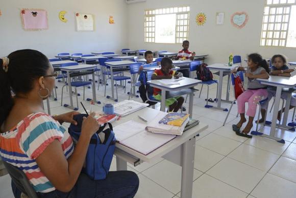 Aplicação do piso salarial é uma das pautas da greve geral nacional da educação