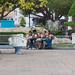 Jóvenes en la plaza por Brujo+