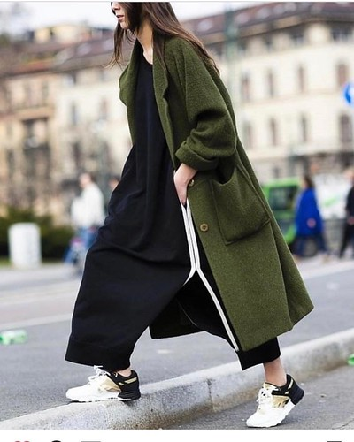 Very stylish #fashion #streetphotography #streetfashion #trendsetter #trendylook #sneakers #metallicshoes #olivecolor #green #trends #lovethis #lookdodia #lookoftheday #coat #fashioncoat