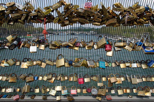 problems with love locks - Paris passerelle Leopold Sedar Senghor