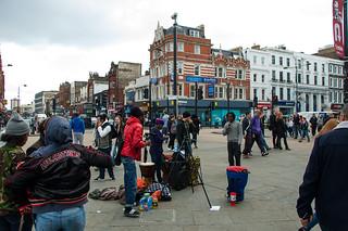 Street performers à la sortie de la station de métro Camden Town