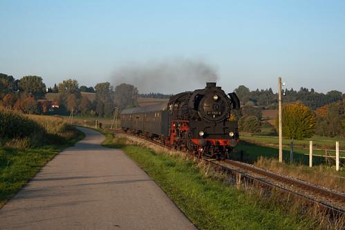41 1150 hat Altomünster etwas verspätet verlassen und dampft auf Kleinberghofen zu