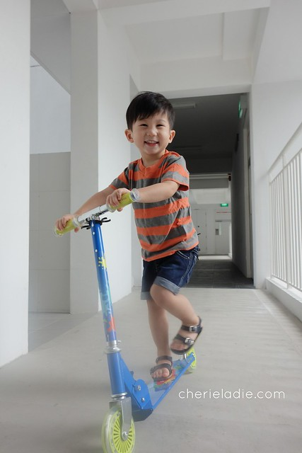 Riding skate scooter with one foot
