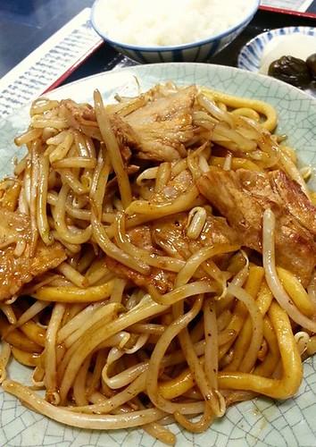 南相馬帰りの夕食、いつもの至福の。(^-^) 来週ハーフマラソンを走る身としては少し体重を落としたく、ミニカツ丼は付けずに浪江焼そばご飯セットに。