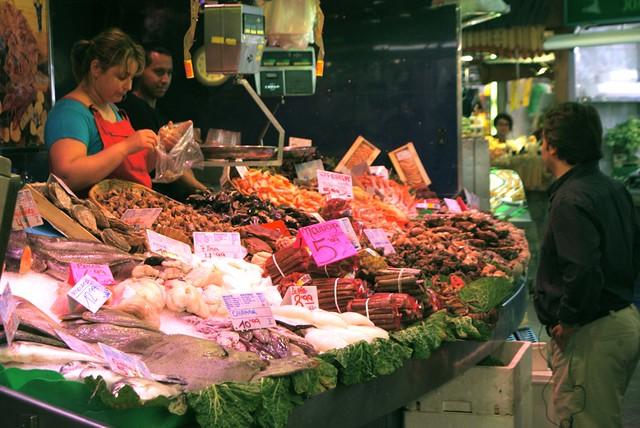 Poissonnier au marché de la Boqueria de Barcelone