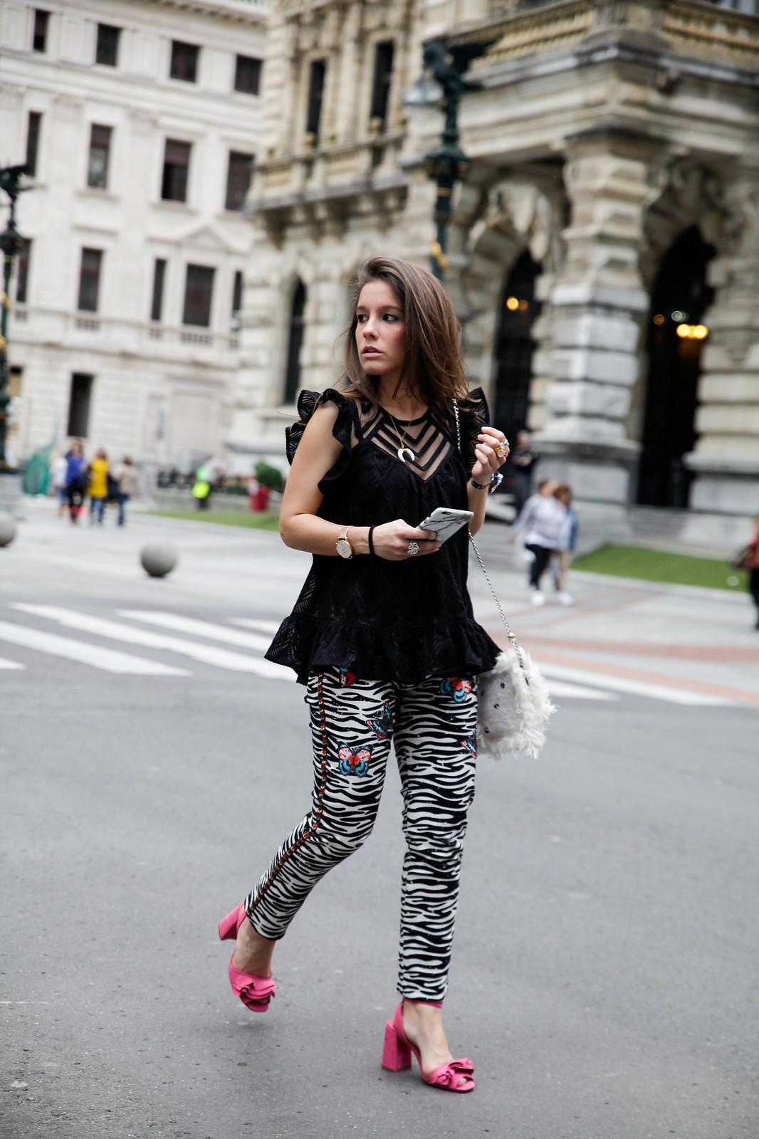 07_Pantalones_Zebra_Blusa_Boho_tacones_rosas_stradivarius_Theguestgirl_outfit_barcelona_streetstyle