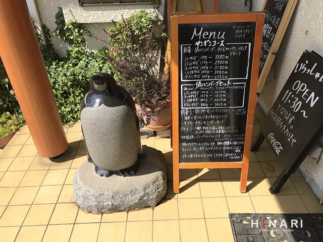 ハンバーグレストラン【ペンギン】の店舗入口でゲストをお迎えするペンギンの石像