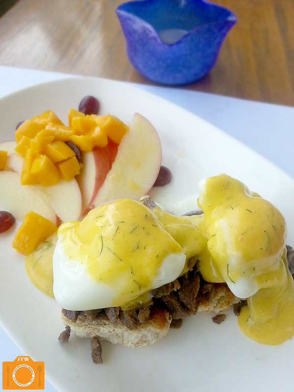 Designer Blooms Cafe Eggs Benedicto