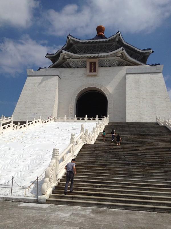 中正記念堂の階段 by haruhiko_iyota