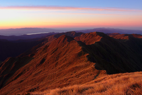 newzealand mountain mountains sunrise hiking wellington summit aotearoa tramping tararuas sidelighting rimutakas rimutaka mthector mounthector tararuaranges rimutakaranges lakewairarapa tewhanganuiatara vivitar20mmf38