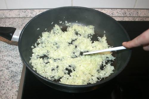 23 - Zwiebeln & Knoblauch andünsten / Braise onion & garlic lightly