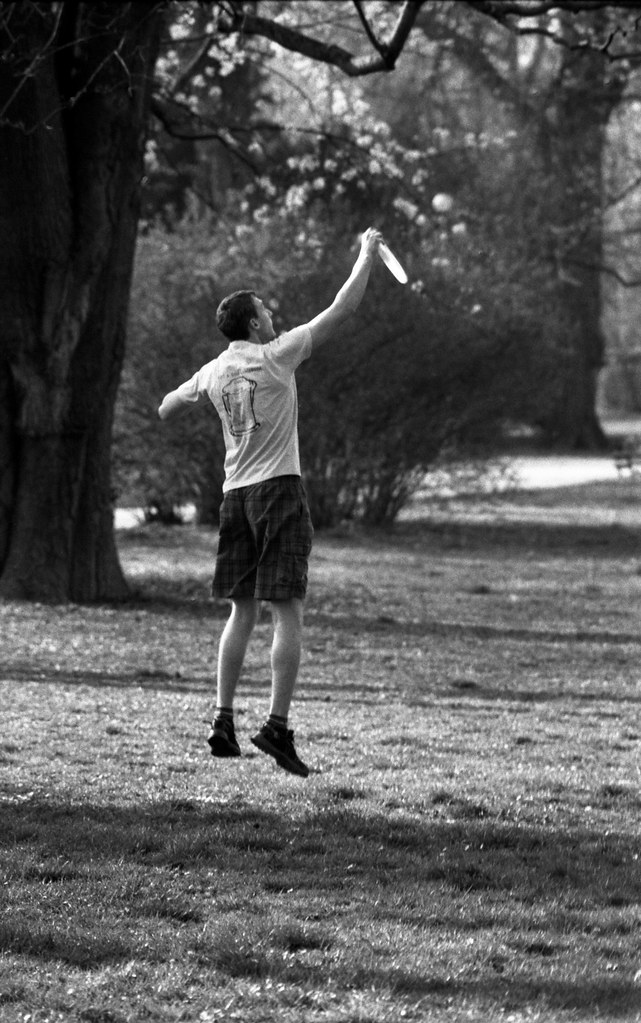 Praktica MTL 5 + Pentacon Electric 4/200 MC - Young Man Catching a Frisbee
